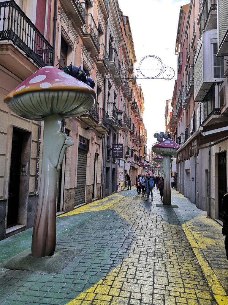 Gasse mit Pilzen in Alicante